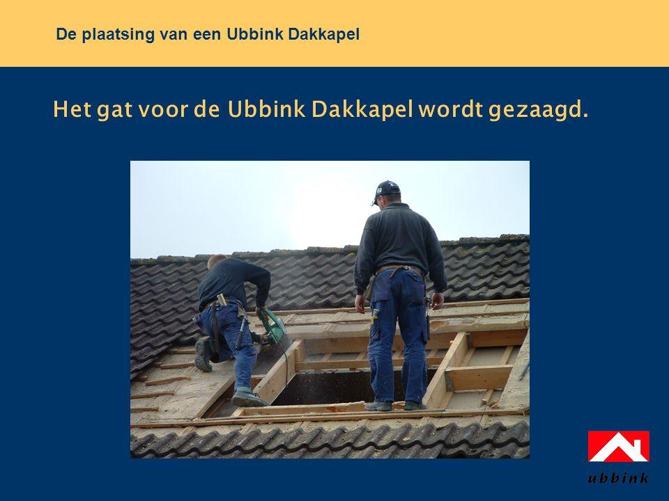 Het gat voor de Ubbink Dakkapel wordt gezaagd.