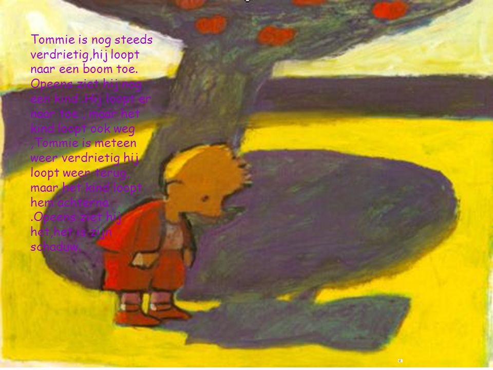 Tommie is nog steeds verdrietig,hij loopt naar een boom toe