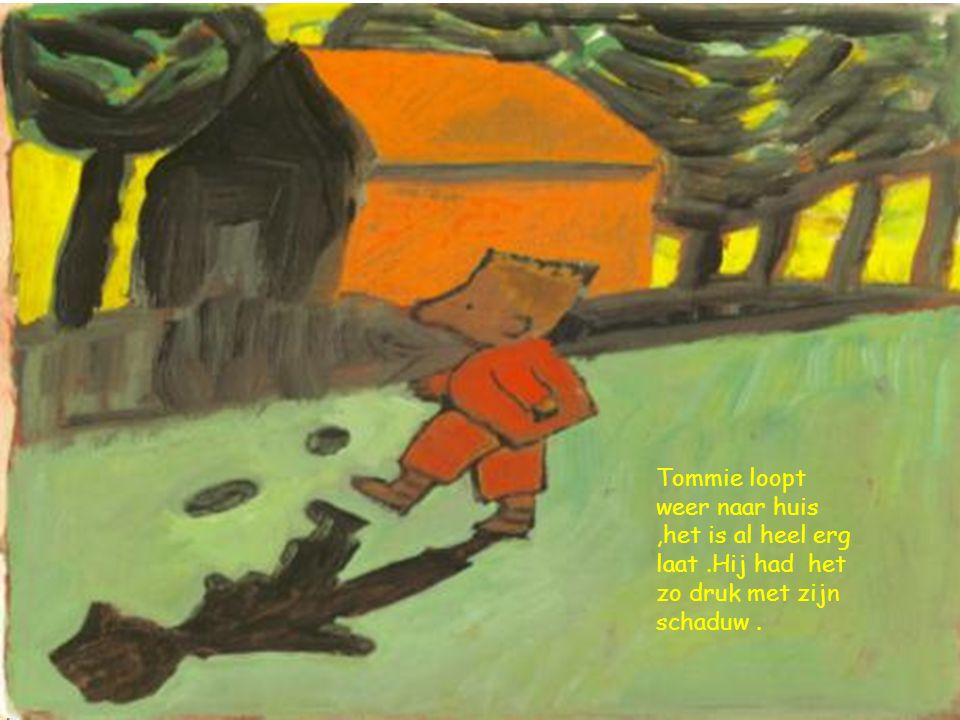 Tommie loopt weer naar huis ,het is al heel erg laat