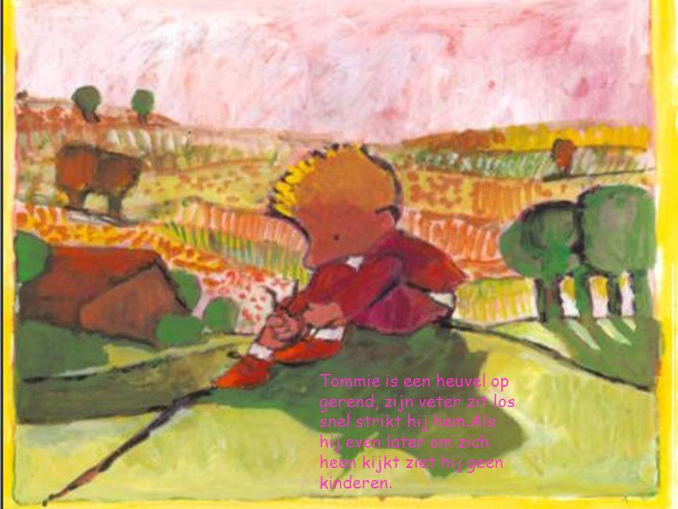 Tommie is een heuvel op gerend, zijn veter zit los snel strikt hij hem