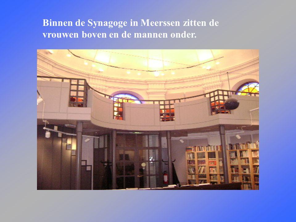 Binnen de Synagoge in Meerssen zitten de vrouwen boven en de mannen onder.