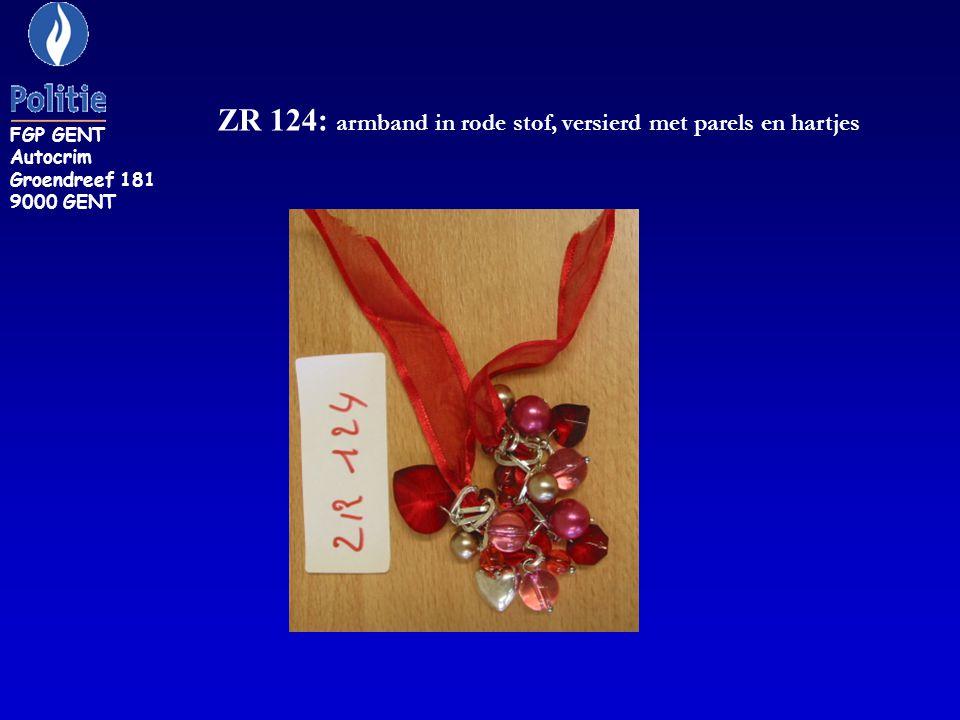ZR 124: armband in rode stof, versierd met parels en hartjes