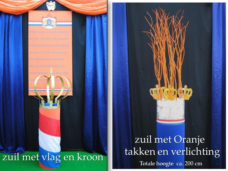 zuil met Oranje takken en verlichting zuil met vlag en kroon
