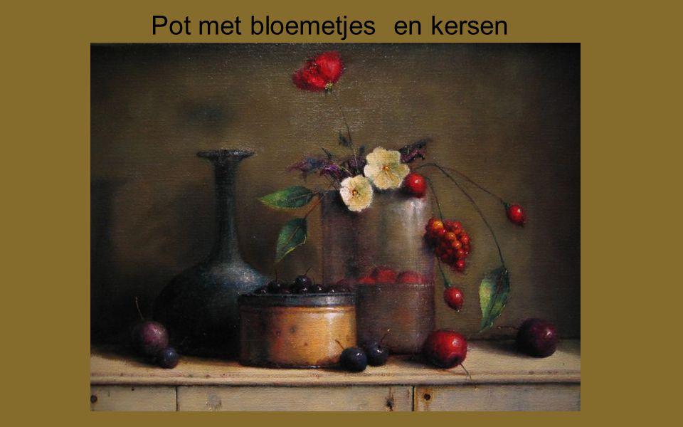 Pot met bloemetjes en kersen