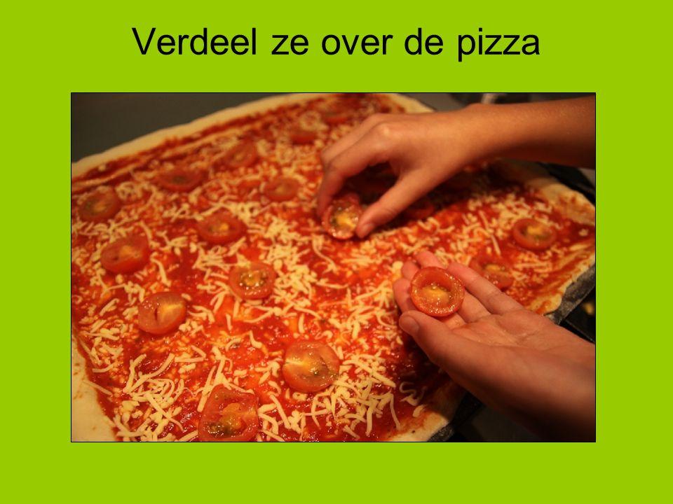 Verdeel ze over de pizza