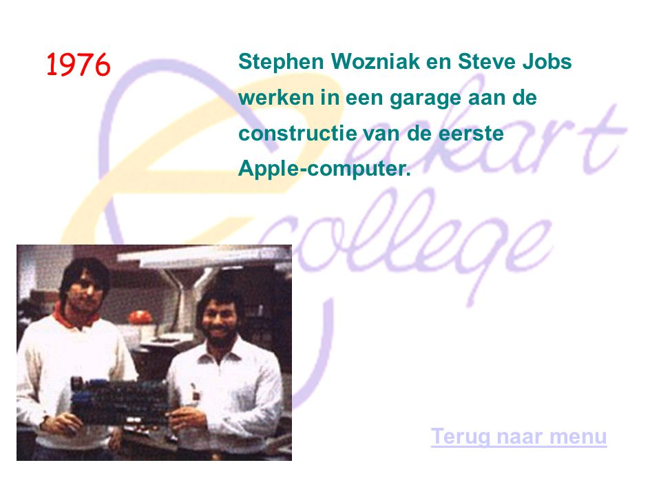 1976 Stephen Wozniak en Steve Jobs werken in een garage aan de