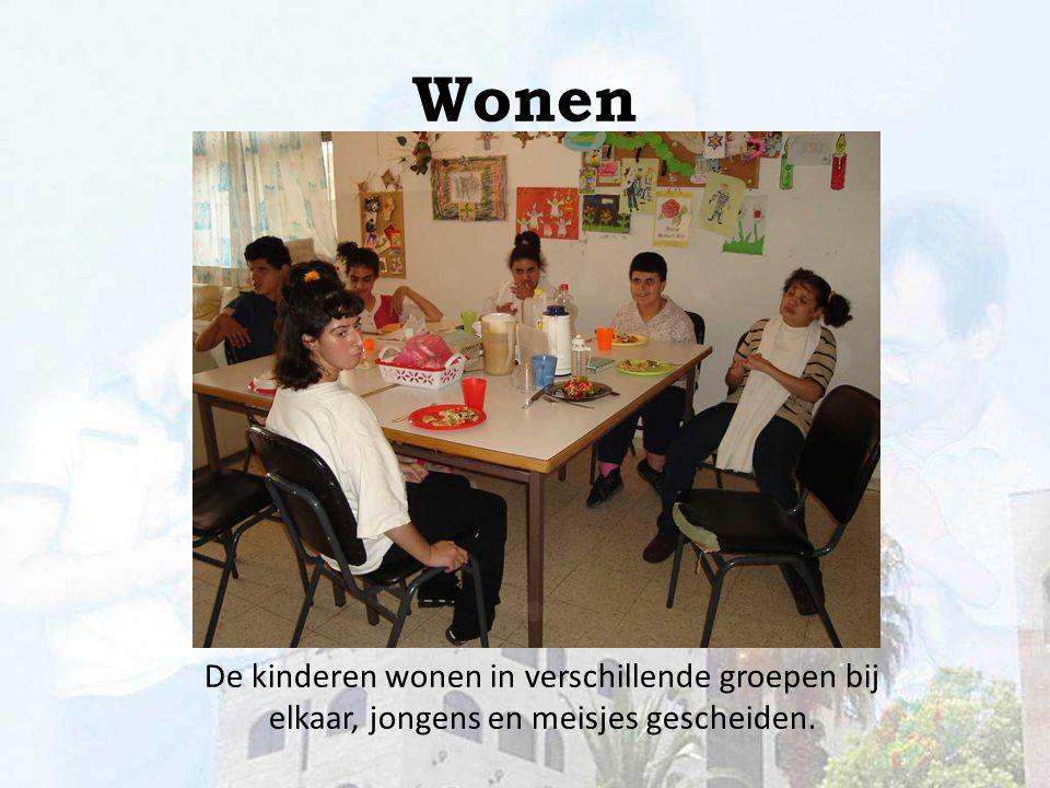 Wonen De kinderen wonen in verschillende groepen bij elkaar, jongens en meisjes gescheiden.
