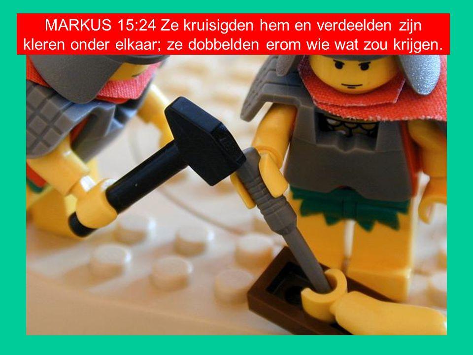 MARKUS 15:24 Ze kruisigden hem en verdeelden zijn kleren onder elkaar; ze dobbelden erom wie wat zou krijgen.