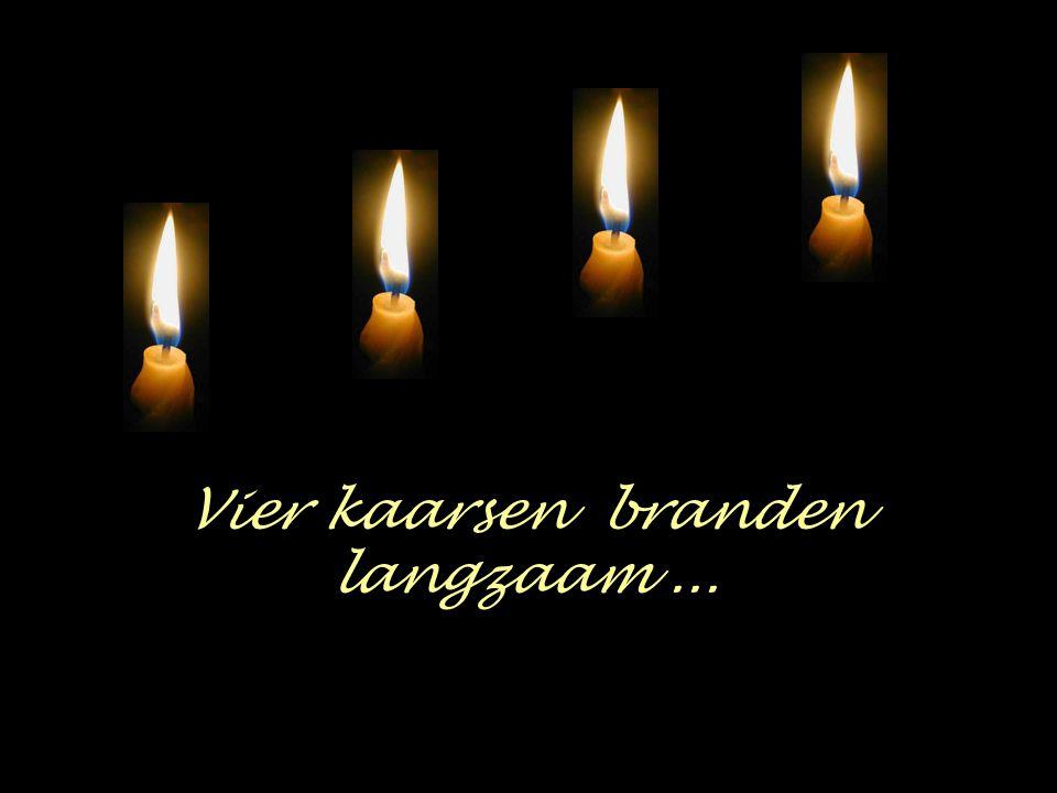 Vier kaarsen branden langzaam ...