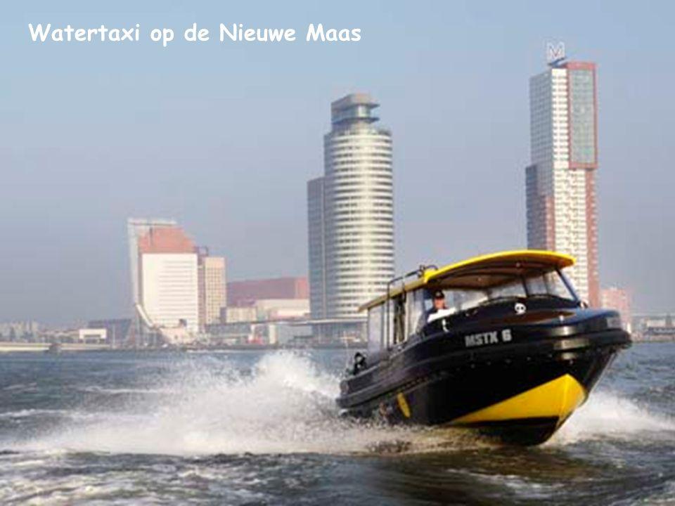 Watertaxi op de Nieuwe Maas
