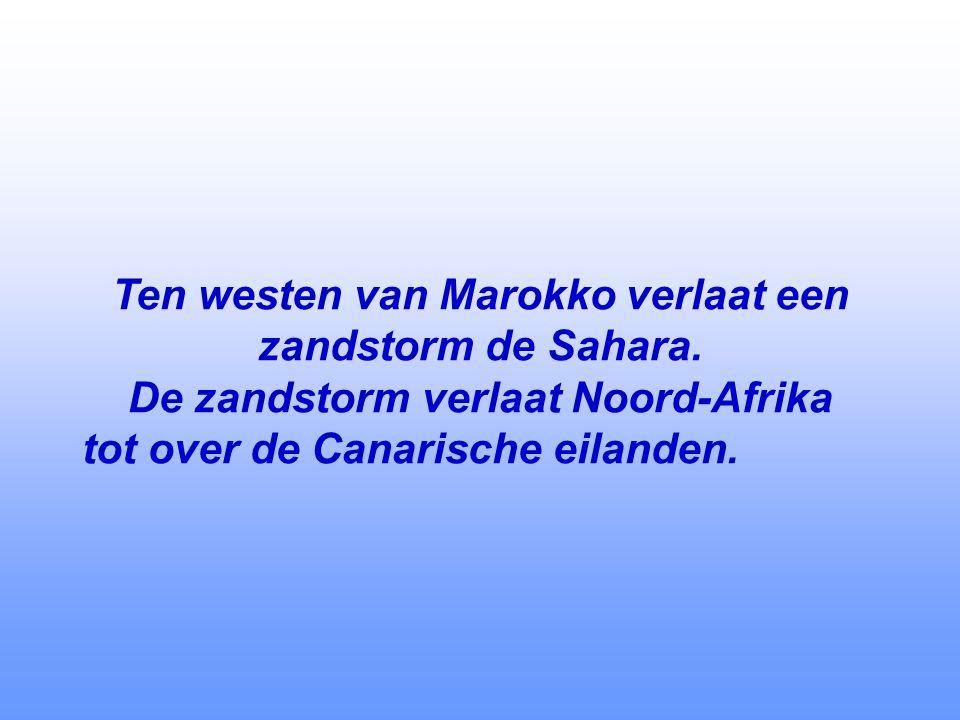 Ten westen van Marokko verlaat een zandstorm de Sahara.