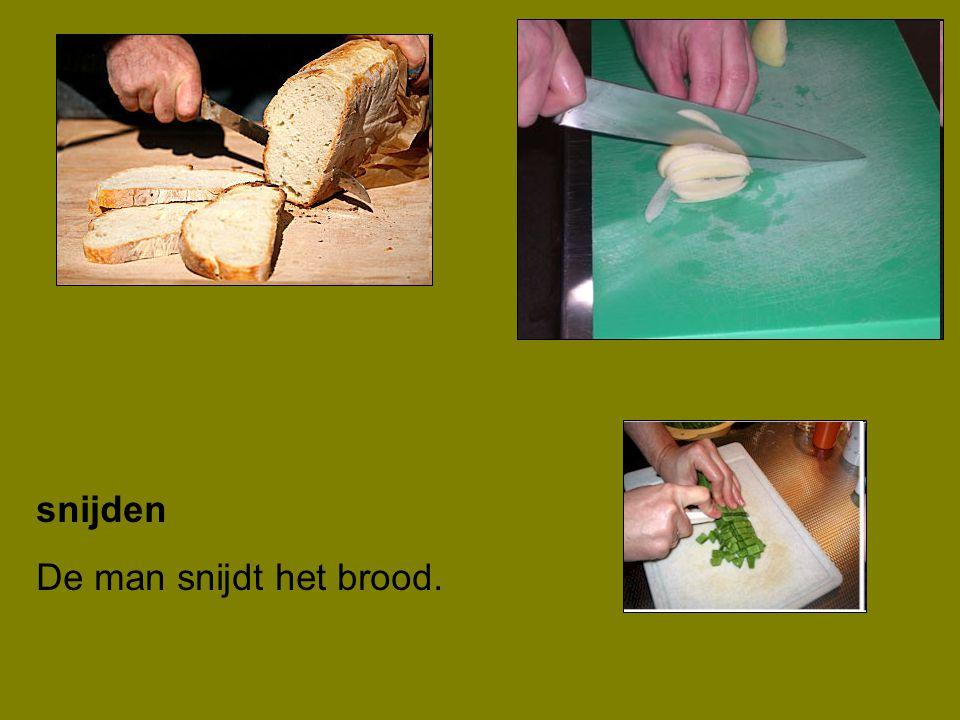 snijden De man snijdt het brood.