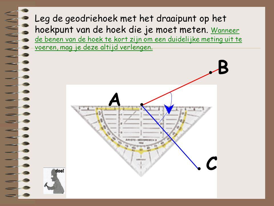 Leg de geodriehoek met het draaipunt op het hoekpunt van de hoek die je moet meten. Wanneer de benen van de hoek te kort zijn om een duidelijke meting uit te voeren, mag je deze altijd verlengen.