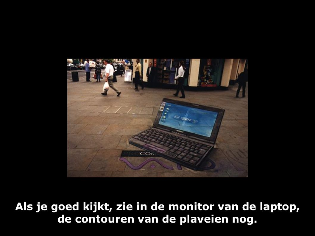 Als je goed kijkt, zie in de monitor van de laptop, de contouren van de plaveien nog.