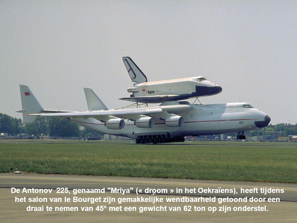 De Antonov 225, genaamd Mriya (« droom » in het Oekraïens), heeft tijdens het salon van le Bourget zijn gemakkelijke wendbaarheid getoond door een draai te nemen van 45° met een gewicht van 62 ton op zijn onderstel.