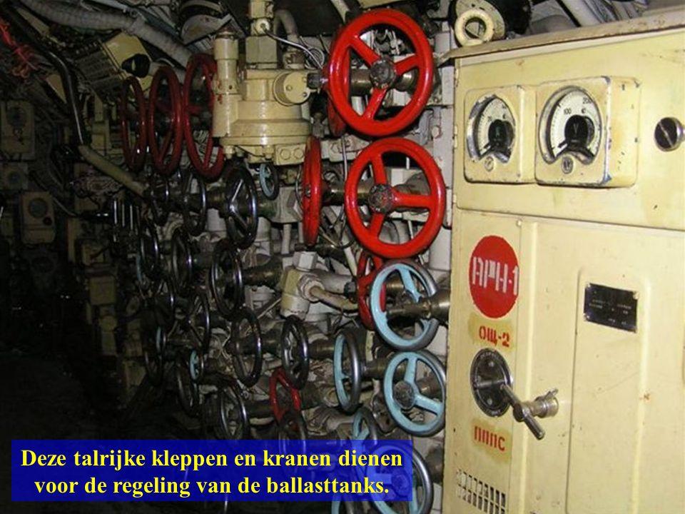 Deze talrijke kleppen en kranen dienen voor de regeling van de ballasttanks.