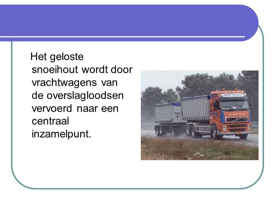 Het geloste snoeihout wordt door vrachtwagens van de overslagloodsen vervoerd naar een centraal inzamelpunt.