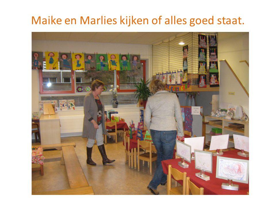 Maike en Marlies kijken of alles goed staat.