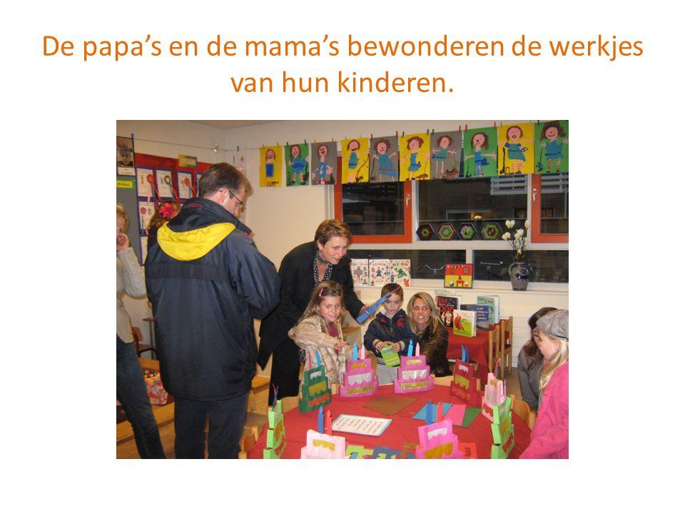 De papa's en de mama's bewonderen de werkjes van hun kinderen.