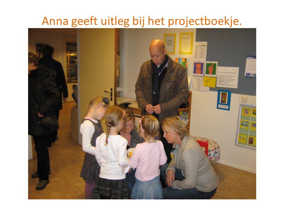Anna geeft uitleg bij het projectboekje.