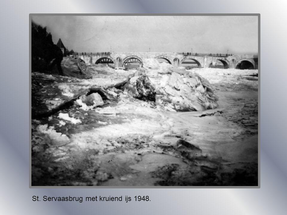 St. Servaasbrug met kruiend ijs 1948.