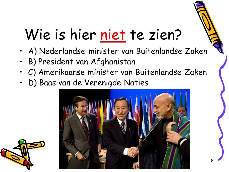 Wie is hier niet te zien A) Nederlandse minister van Buitenlandse Zaken. B) President van Afghanistan.