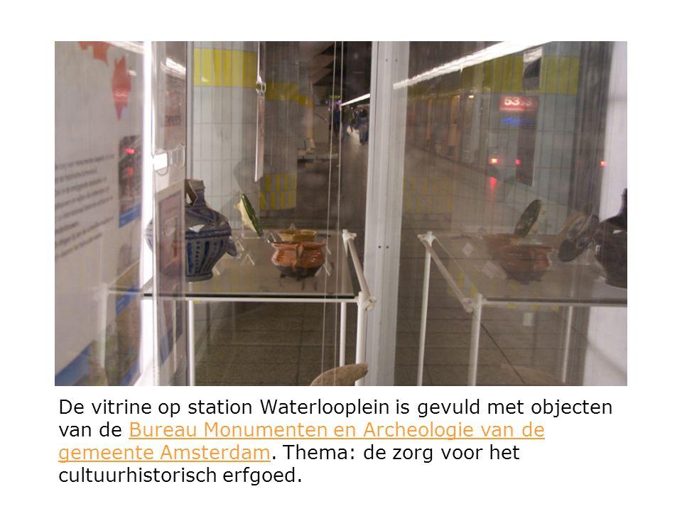 De vitrine op station Waterlooplein is gevuld met objecten van de Bureau Monumenten en Archeologie van de gemeente Amsterdam.