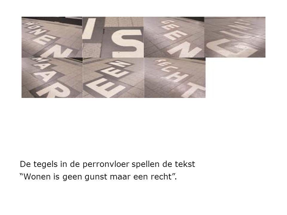 De tegels in de perronvloer spellen de tekst