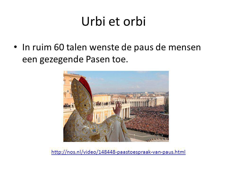 Urbi et orbi In ruim 60 talen wenste de paus de mensen een gezegende Pasen toe.