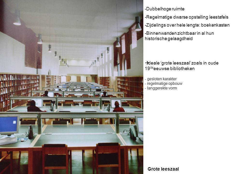 Dubbelhoge ruimte Regelmatige dwarse opstelling leestafels. Zijdelings over hele lengte: boekenkasten.