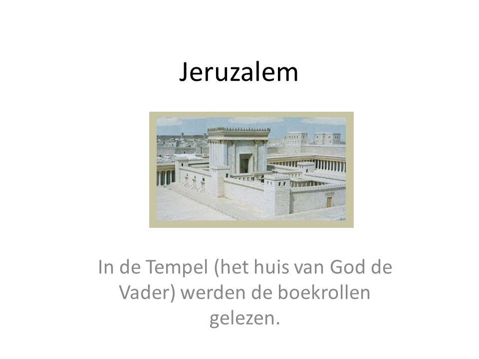 In de Tempel (het huis van God de Vader) werden de boekrollen gelezen.