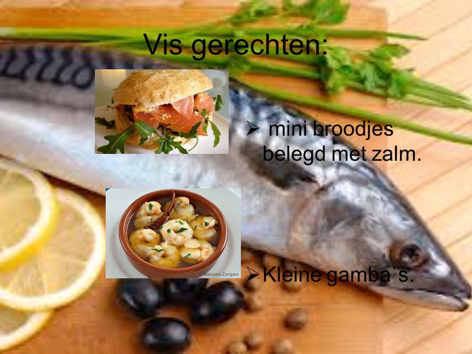 Vis gerechten: mini broodjes belegd met zalm. Kleine gamba`s.