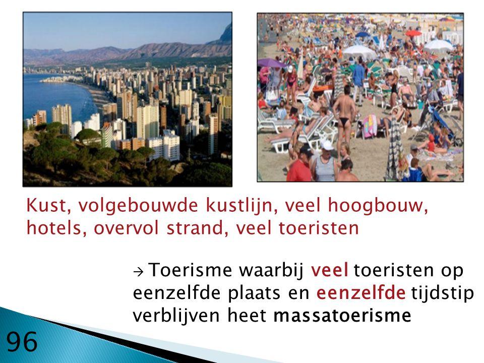 Kust, volgebouwde kustlijn, veel hoogbouw, hotels, overvol strand, veel toeristen