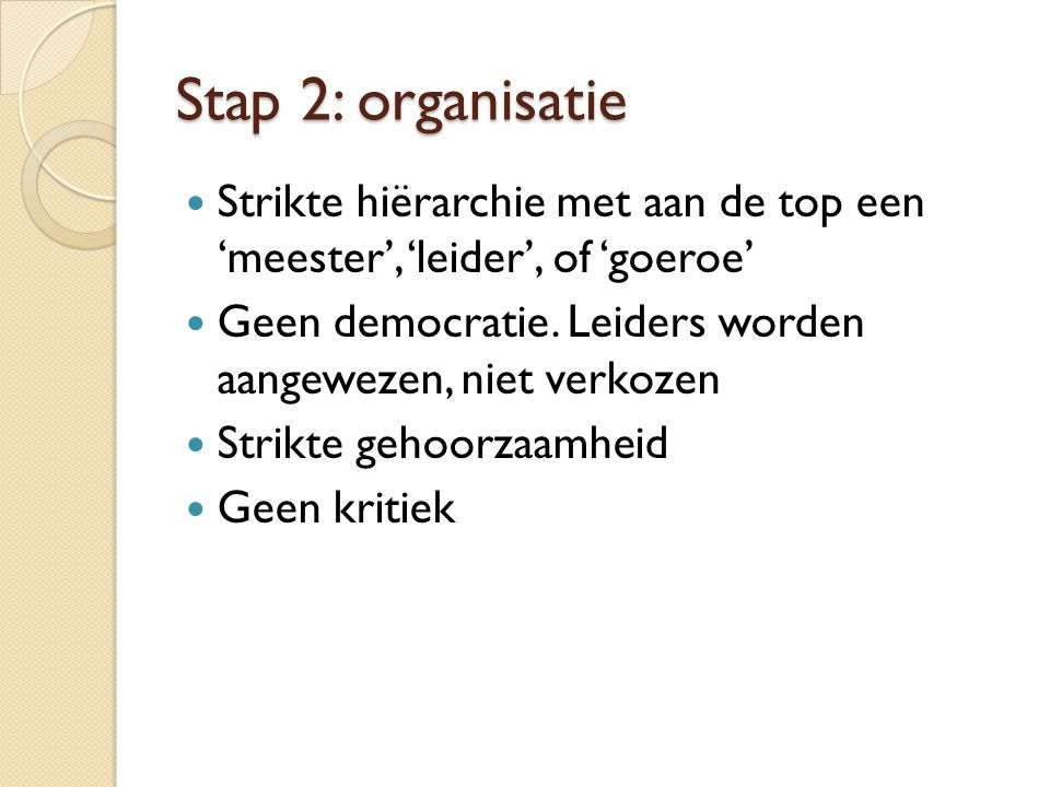 Stap 2: organisatie Strikte hiërarchie met aan de top een 'meester', 'leider', of 'goeroe'