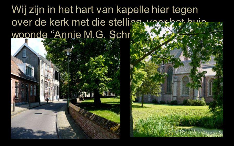 Wij zijn in het hart van kapelle hier tegen over de kerk met die stelling voor het huis woonde Annie M.G.