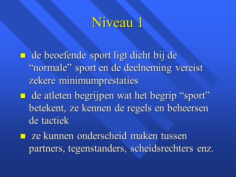 Niveau 1 de beoefende sport ligt dicht bij de normale sport en de deelneming vereist zekere minimumprestaties.