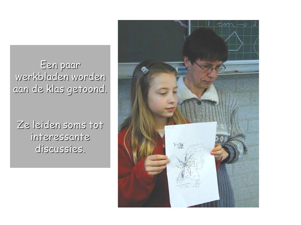 Een paar werkbladen worden aan de klas getoond.