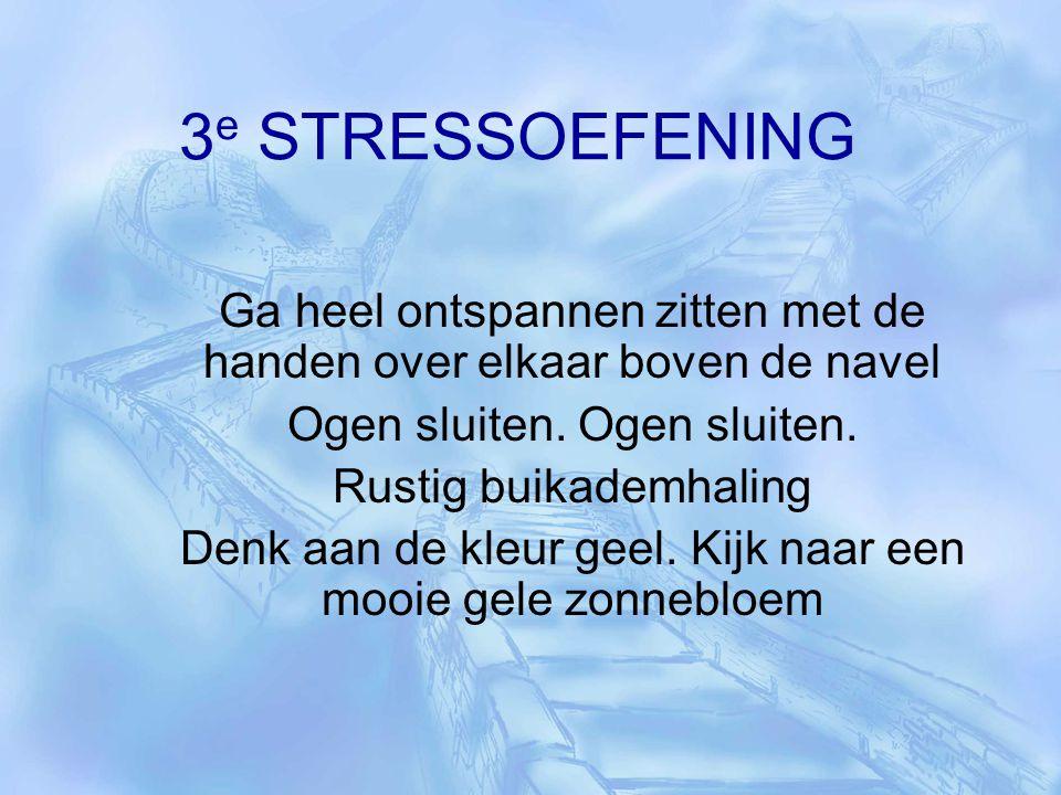3e STRESSOEFENING Ga heel ontspannen zitten met de handen over elkaar boven de navel. Ogen sluiten. Ogen sluiten.