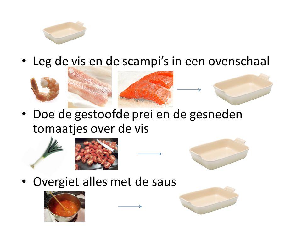 Leg de vis en de scampi's in een ovenschaal