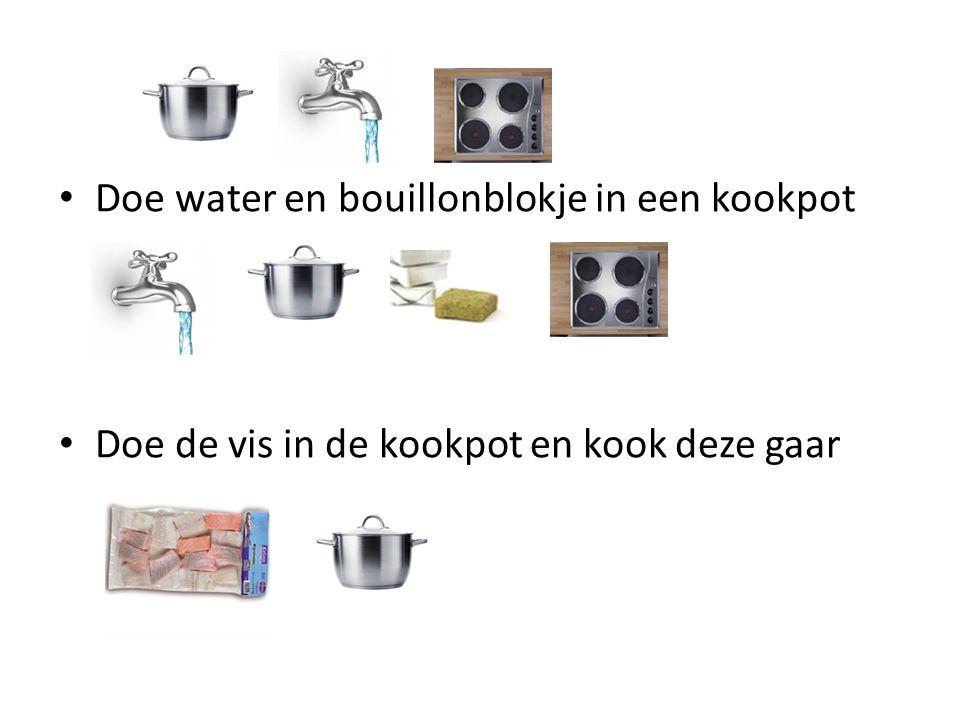 Doe water en bouillonblokje in een kookpot