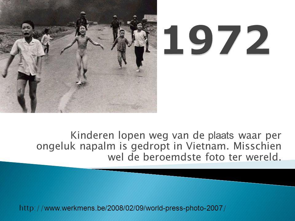 1972 Kinderen lopen weg van de plaats waar per ongeluk napalm is gedropt in Vietnam. Misschien wel de beroemdste foto ter wereld.