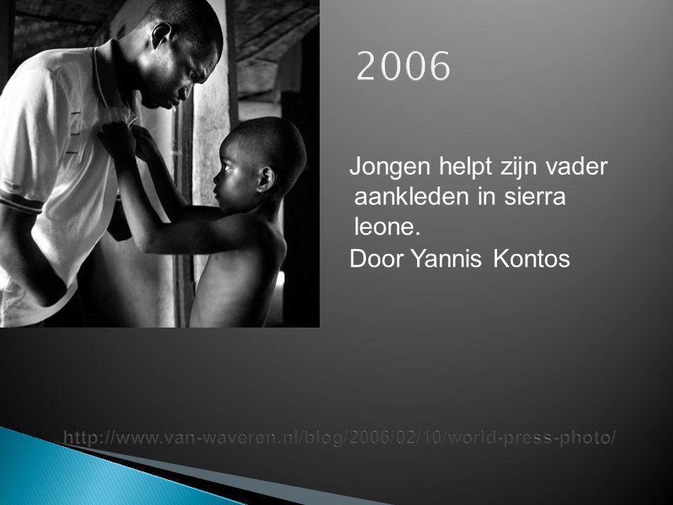 2006 Jongen helpt zijn vader aankleden in sierra leone.