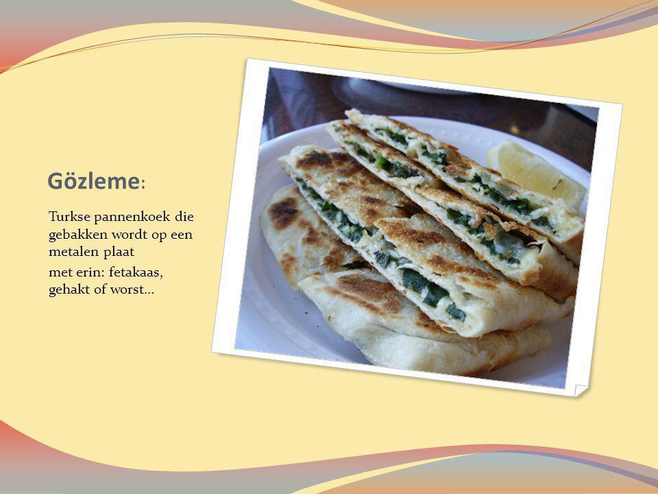 Gözleme: Turkse pannenkoek die gebakken wordt op een metalen plaat