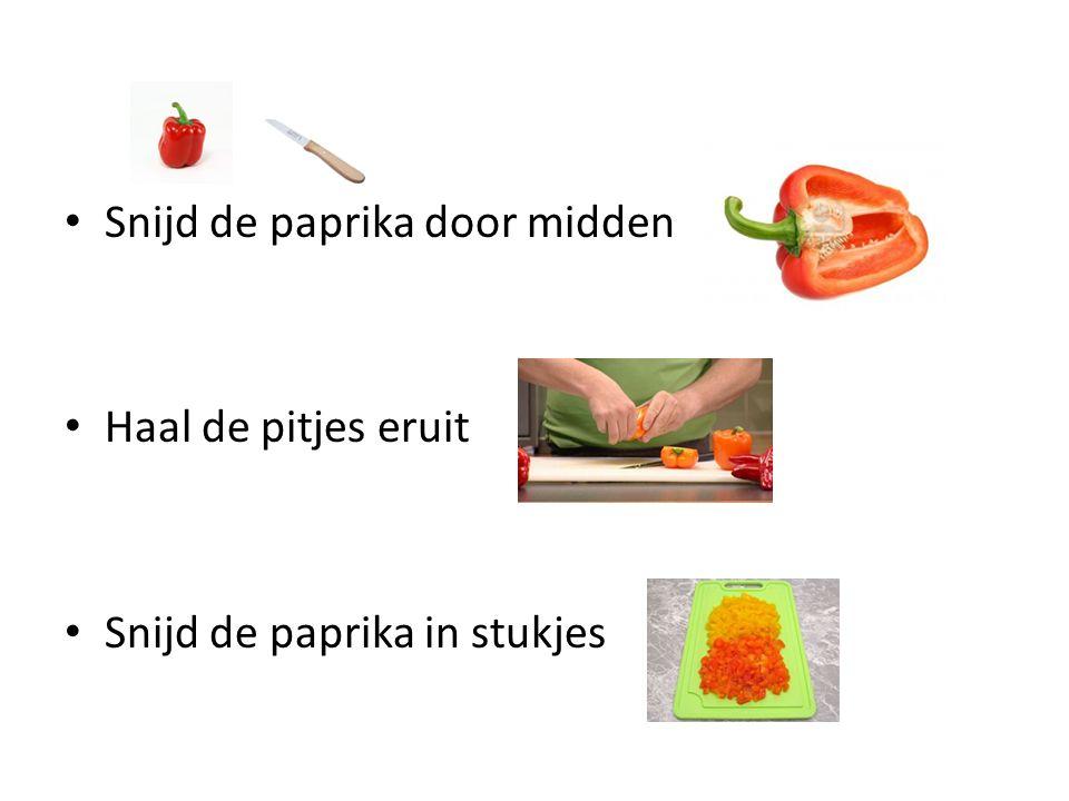 Snijd de paprika door midden