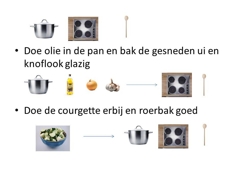 Doe olie in de pan en bak de gesneden ui en knoflook glazig