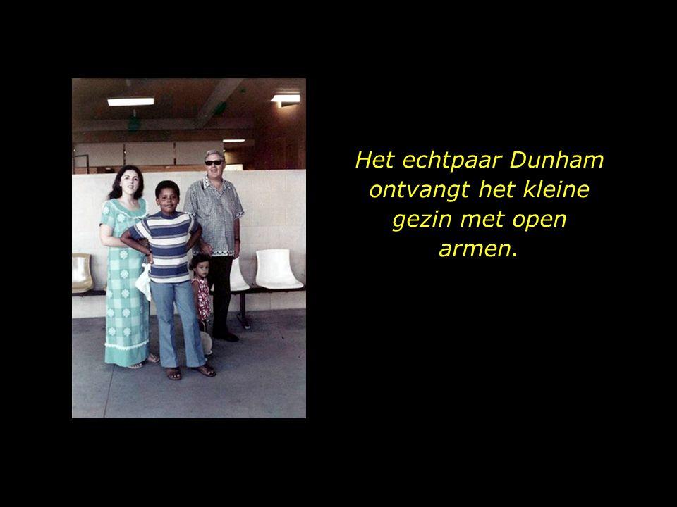 Het echtpaar Dunham ontvangt het kleine gezin met open armen.