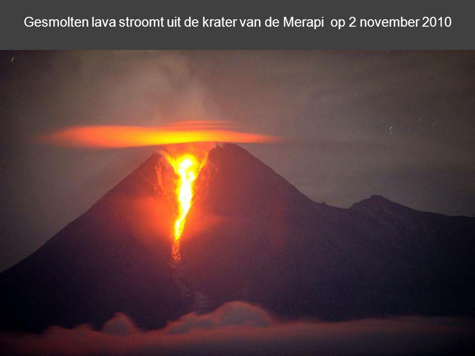 Gesmolten lava stroomt uit de krater van de Merapi op 2 november 2010