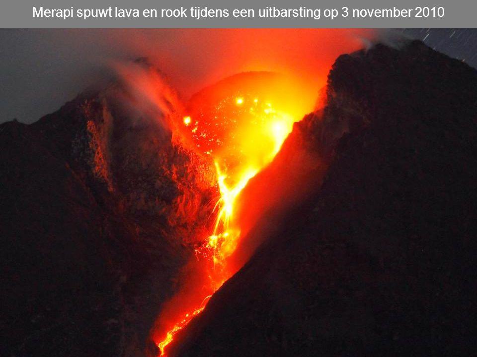 Merapi spuwt lava en rook tijdens een uitbarsting op 3 november 2010
