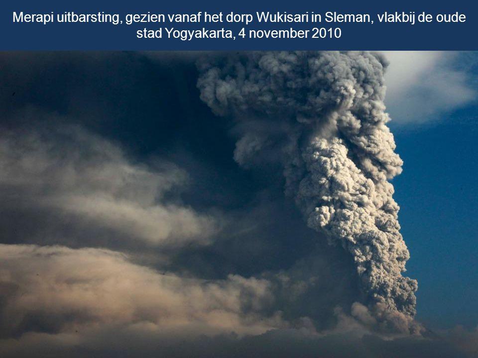 Merapi uitbarsting, gezien vanaf het dorp Wukisari in Sleman, vlakbij de oude stad Yogyakarta, 4 november 2010