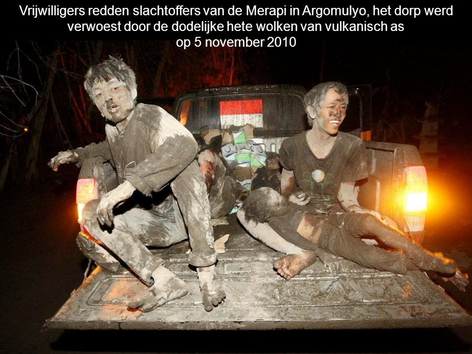 Vrijwilligers redden slachtoffers van de Merapi in Argomulyo, het dorp werd verwoest door de dodelijke hete wolken van vulkanisch as